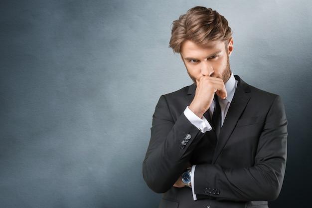 Retrato de homem de negócios em cinza