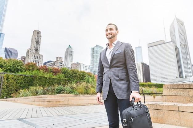 Retrato de homem de negócios na cidade