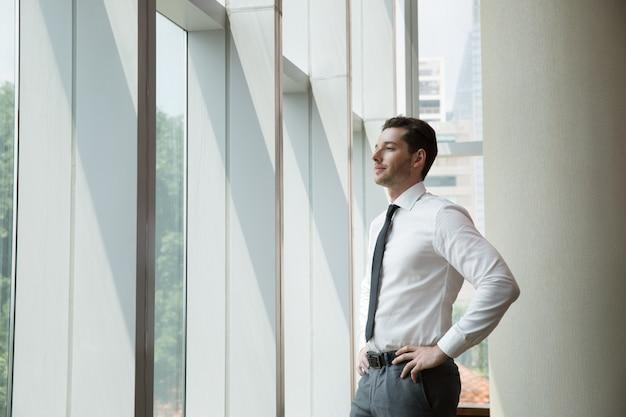 Retrato de homem de negócios na janela 3