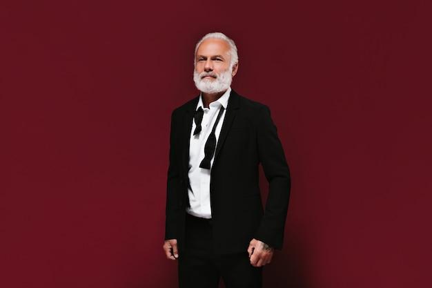 Retrato de homem de negócios na parede cor de vinho