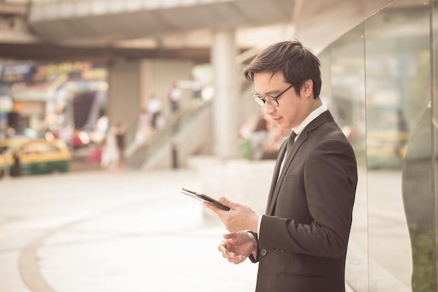 Retrato de homem de negócios sorridente bonito olhar confiante usando tablet computador