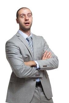Retrato de homem de negócios surpreso. isolado no branco