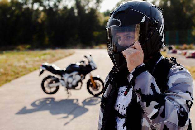 Retrato, de, homem, desgastar capacete