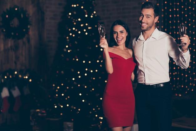 Retrato de homem e mulher bebendo champanhe
