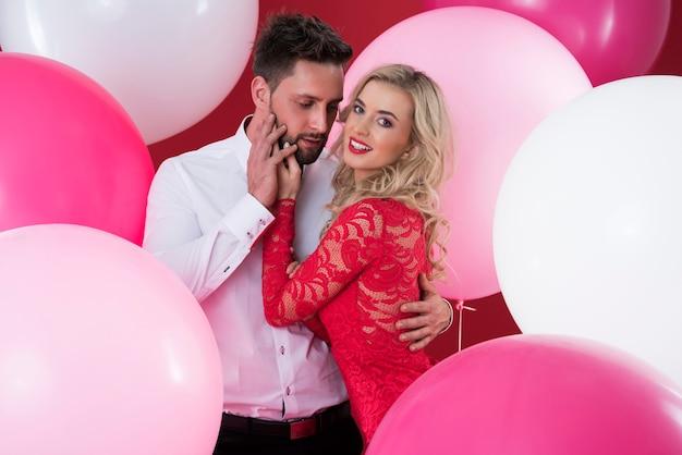 Retrato de homem e mulher entre balões