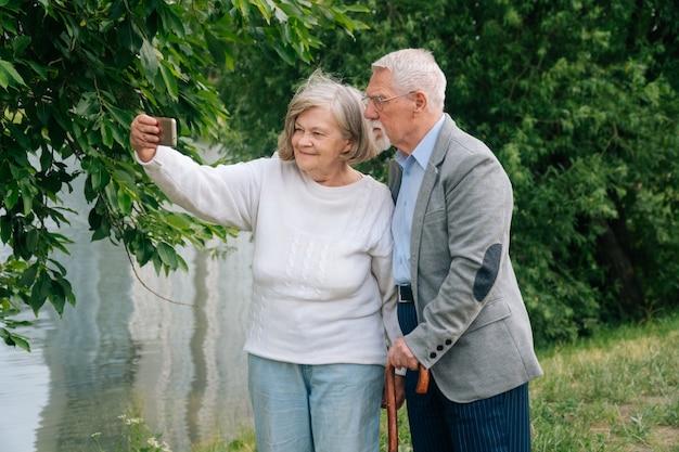 Retrato de homem e mulher idosos