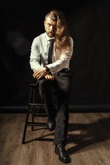 Retrato de homem elegante bonito
