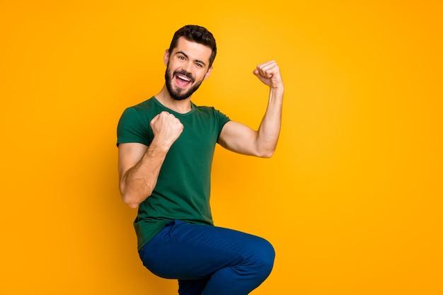 Retrato de homem em êxtase, vitória, grito, sim, erga os punhos