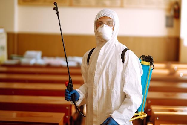 Retrato de homem em traje de proteção contra materiais perigosos.