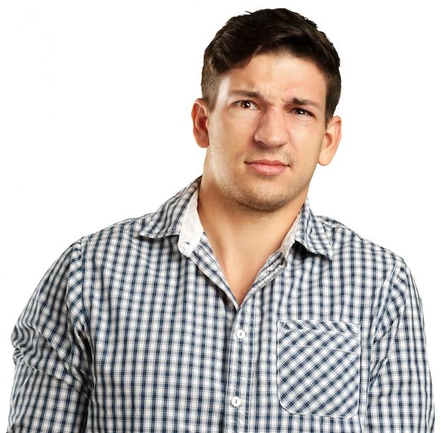 Retrato de homem enojado, isolado no fundo branco