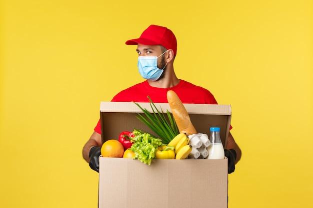 Retrato de homem entrega com máscara facial e caixa de supermercado