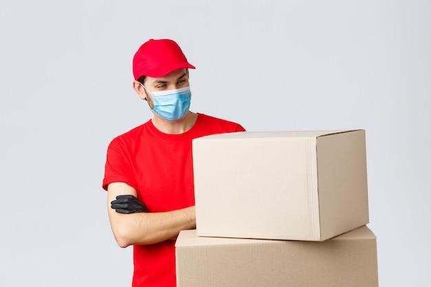 Retrato de homem entrega com máscara facial e caixas