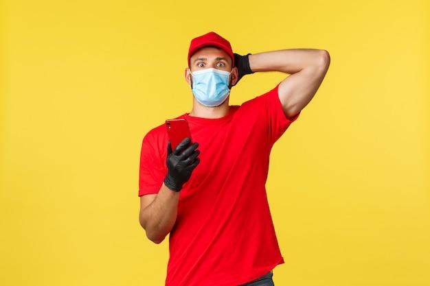 Retrato de homem entrega com máscara facial e telefone móvel