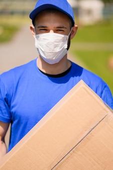 Retrato de homem entrega com máscara facial