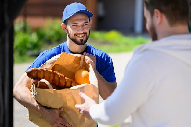 Retrato de homem entrega, distribuindo compras