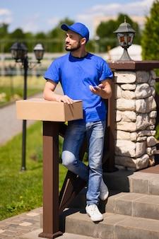Retrato de homem entrega esperando pelo cliente