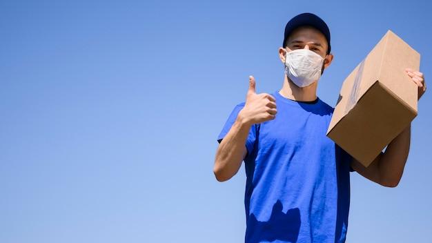 Retrato de homem entrega vestindo máscara facial