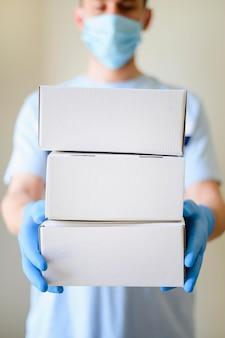 Retrato de homem entregando produtos encomendados online