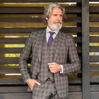 Retrato de homem fashion olhando para longe Foto Premium