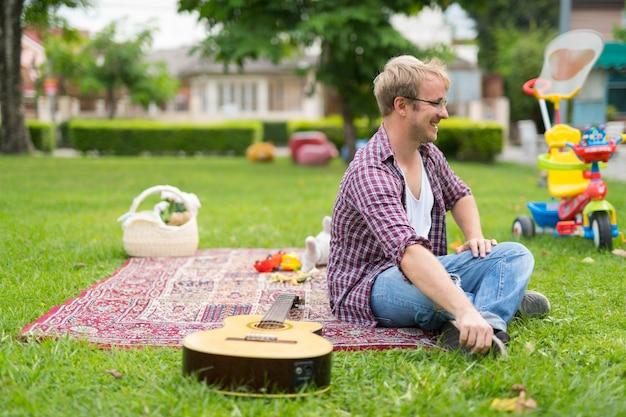 Retrato de homem fazendo piquenique e relaxando ao ar livre
