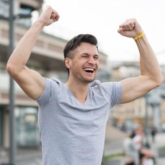 Retrato de homem feliz desfrutando de exercício