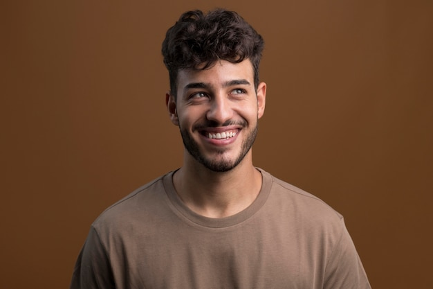 Retrato de homem feliz e sorridente