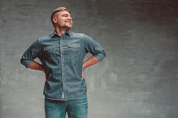 Retrato de homem feliz sorridente em pé no estúdio