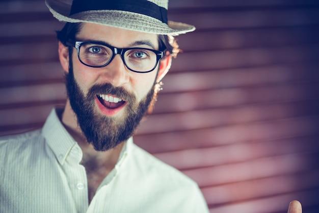 Retrato de homem feliz vestindo chapéu e óculos