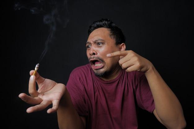 Retrato de homem gritando para um cigarro