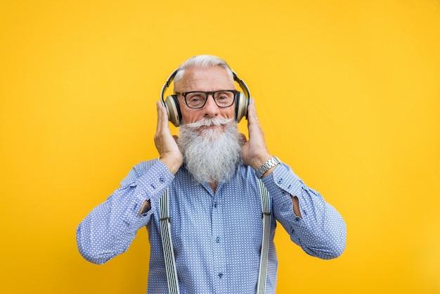 Retrato de homem hipster sênior Foto Premium