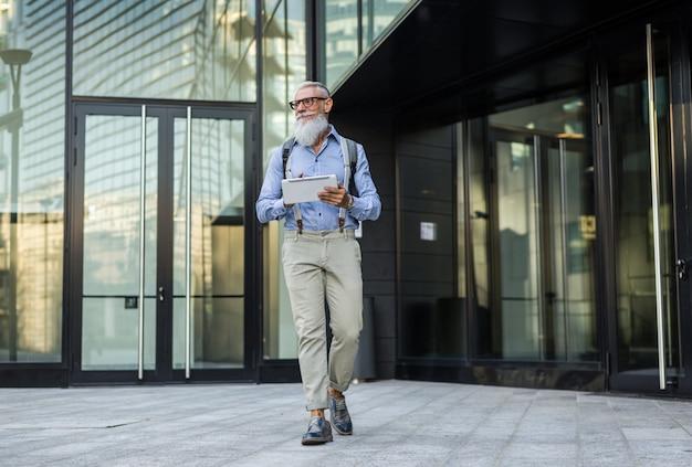Retrato de homem hipster sênior