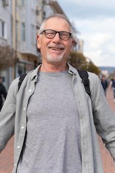Retrato de homem idoso moderno