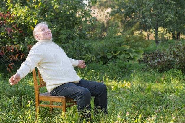 Retrato de homem idoso no parque