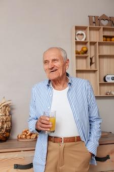 Retrato de homem idoso, segurando o copo de suco