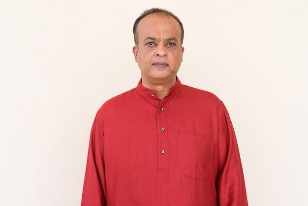 Retrato de homem indiano com roupas tradicionais