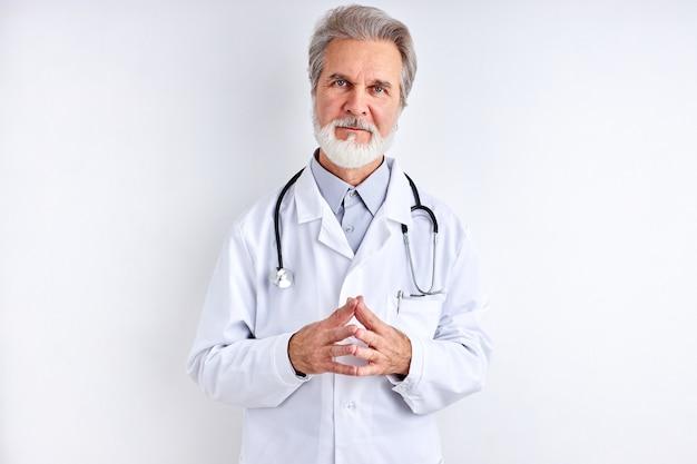 Retrato de homem inteligente médico maduro com cabelo grisalho e uniforme médico com estetoscópio
