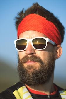 Retrato de homem jovem alpinista desportivo com barba