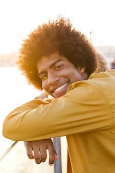 Retrato, de, homem jovem, ao ar livre