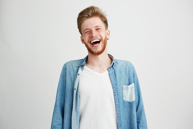 Retrato de homem jovem bonito hipster com barba sorrindo rindo.