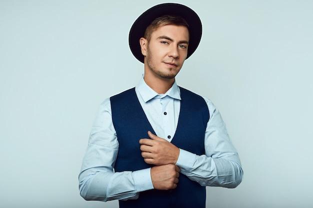 Retrato de homem jovem bonito hipster em estúdio