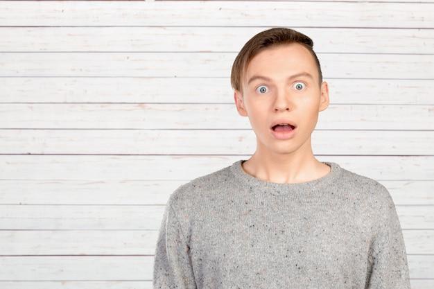 Retrato, de, homem jovem, com, choque, expressão facial