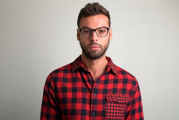 Retrato de homem jovem e bonito hippie barbudo em branco