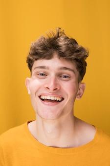Retrato, de, homem jovem, em, um, amarela, cena