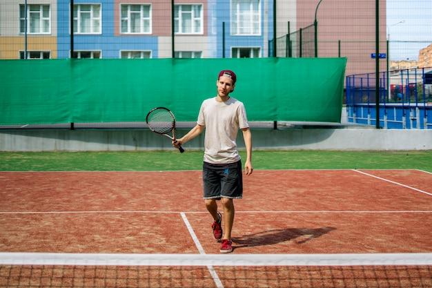 Retrato, de, homem jovem, ligado, verão, campus, escola, quadra tênis