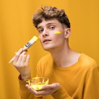 Retrato, de, homem jovem, quadro, rosto, em, um, amarela, cena