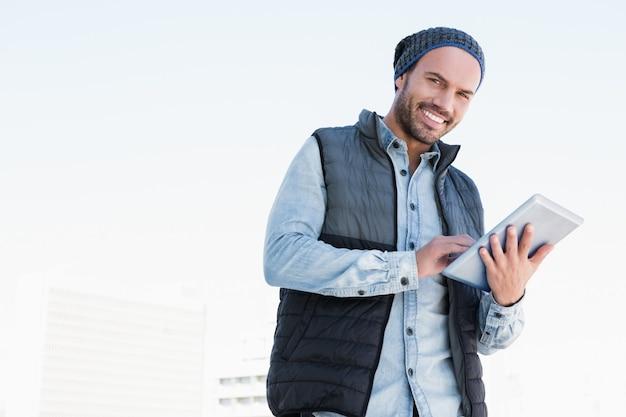 Retrato, de, homem jovem, usando, tablete digital