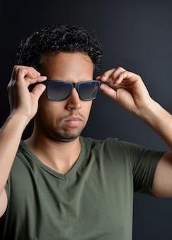 Retrato de homem latino sexy com óculos de sol