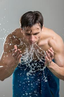 Retrato, de, homem, lavando, seu, rosto