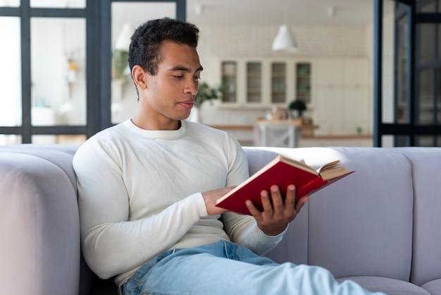 Retrato, de, homem, lendo um livro