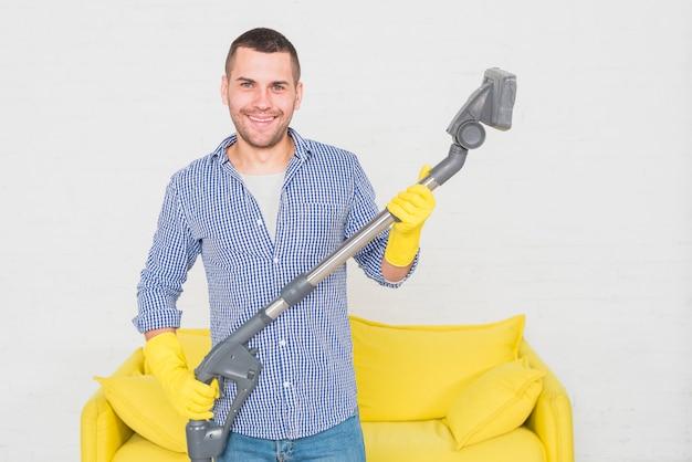 Retrato, de, homem, limpeza, seu, casa